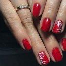 Очаровательный красный маникюр с розами